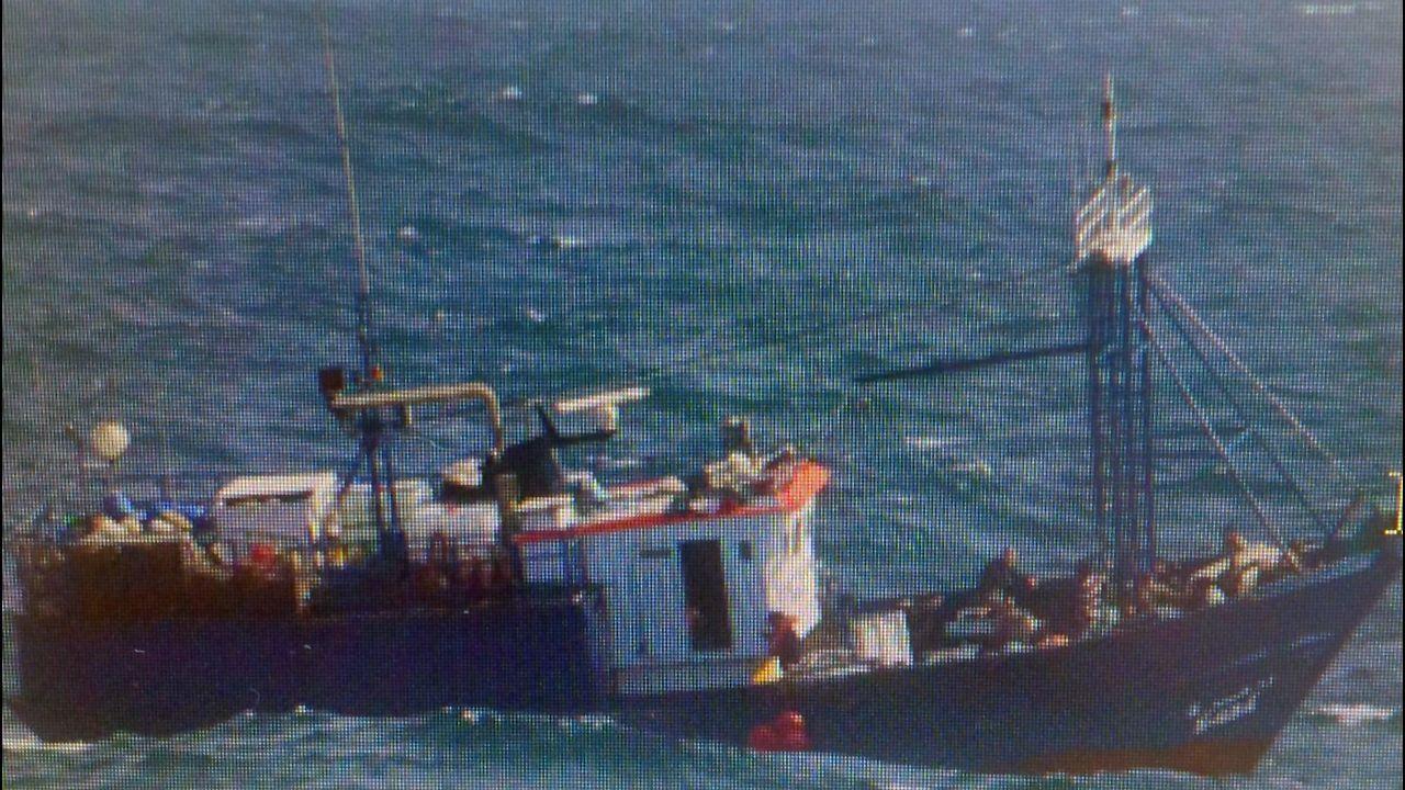 El pesquero marroquí con el alijo, fotografiado desde el Torpedo