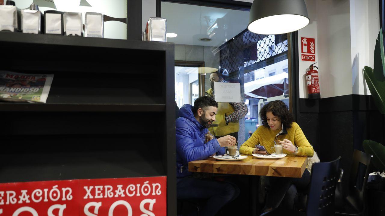 Clientes en un bar de Ourense
