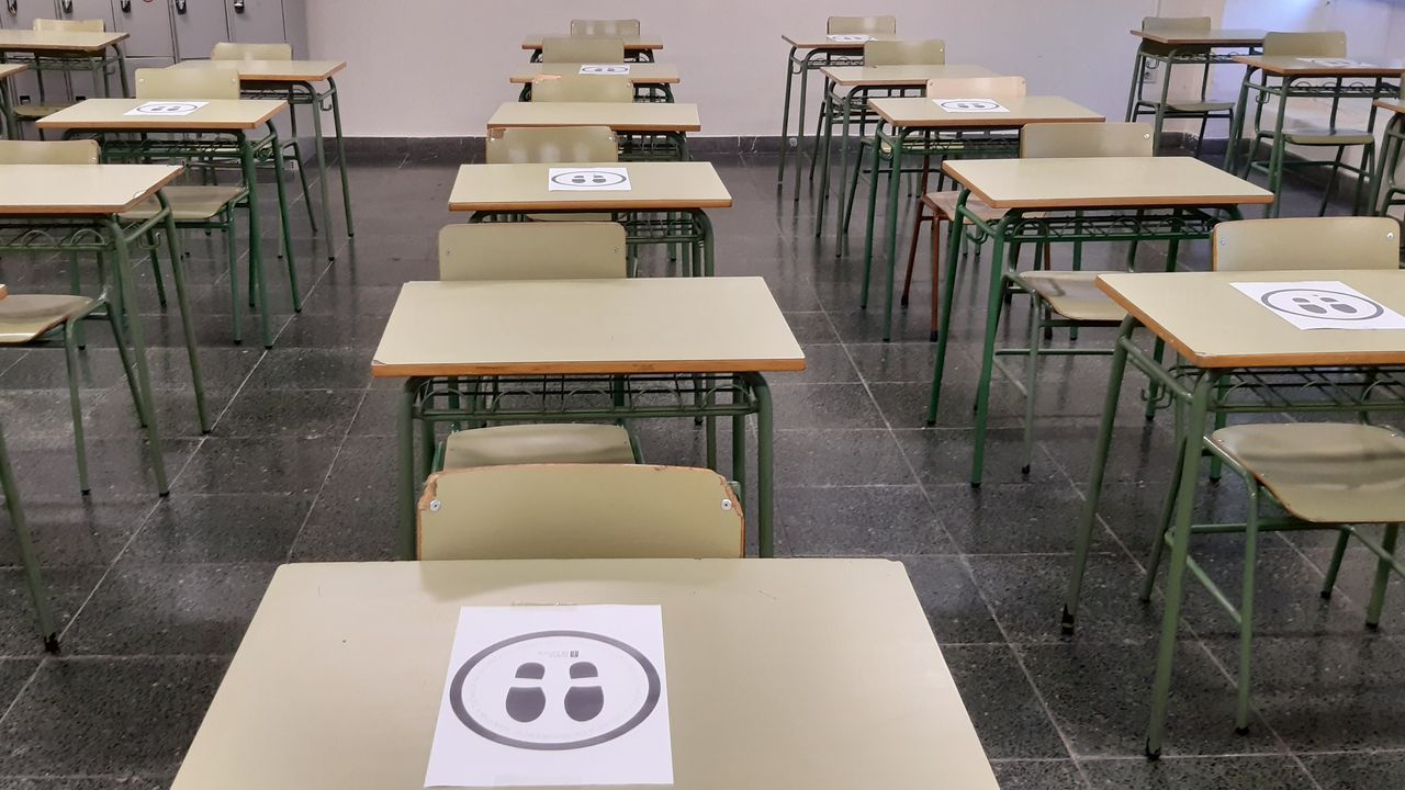 Regreso a las aulas en Ribeira.Las aulas, listas para los alumnos en el vigués instituto de Santo Tomé