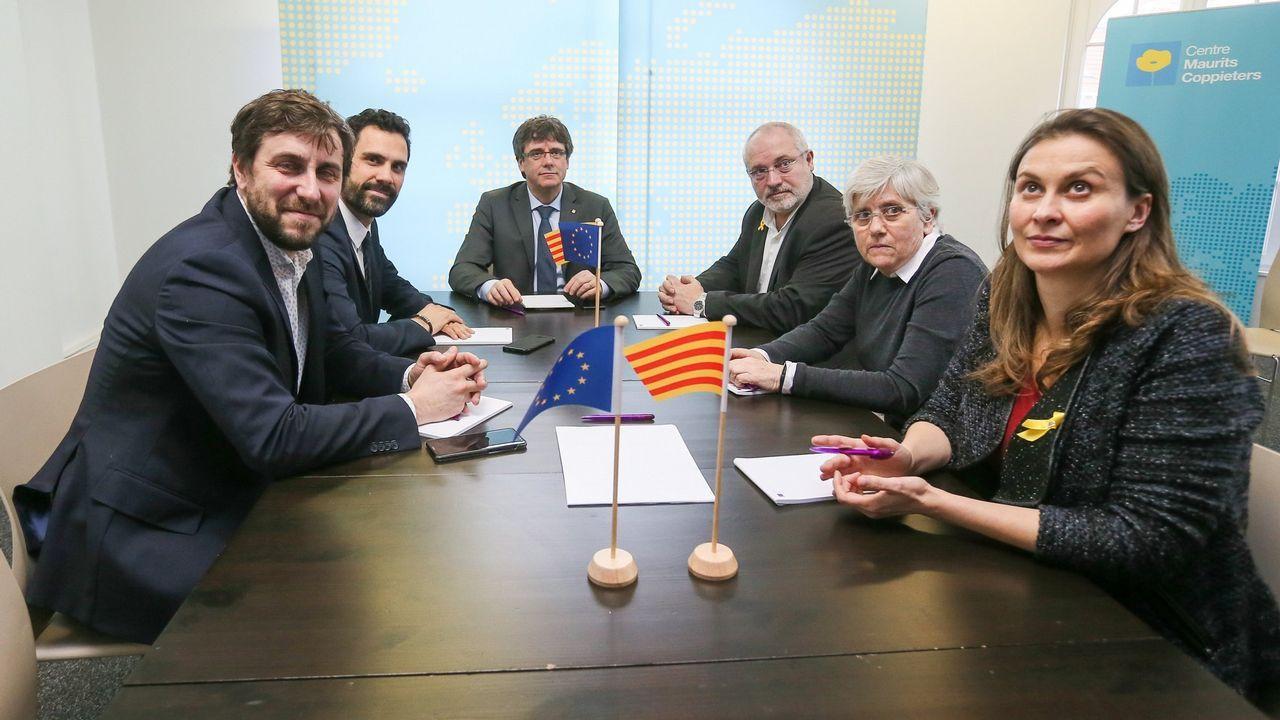 El expresidente de la Generalitat Carles Puigdemonty el presidente del Parlamento autónomo, Roger Torrent (2i), junto a los exconsejeros Clara Ponsatí (2d) y Lluís Puig -ambos de JxC- y Meritxell Serret  y Toni Comín -ambos de ERC-, durante una reunión en Bruselas