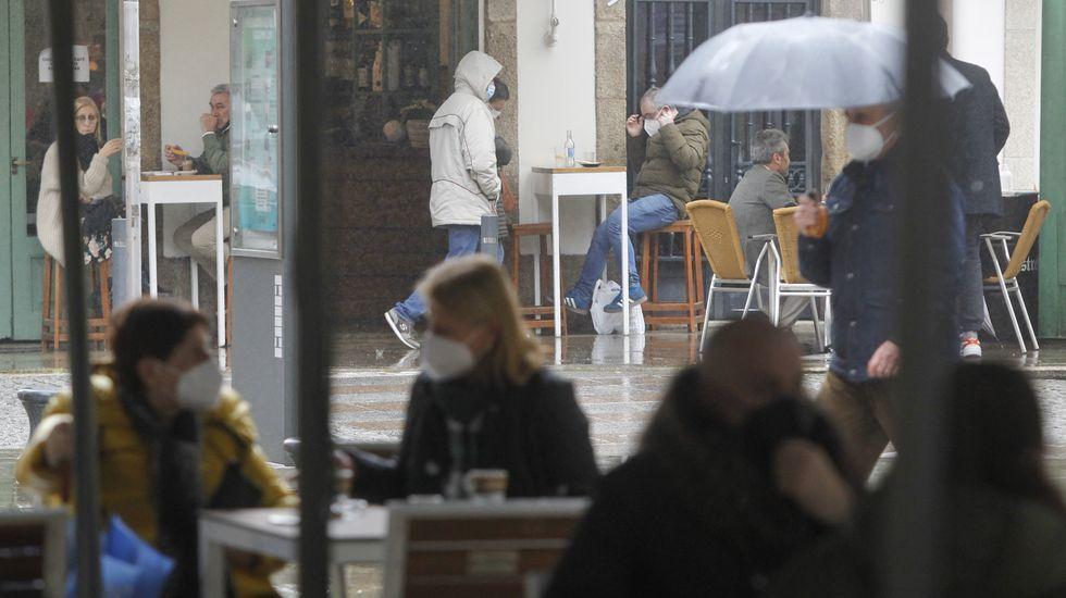 Los clientes llenaron ayer las terrazas del centro pese a la incesante lluvia caída desde la mañana