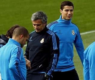 Regreso a Barcelona con el tercer Balón de Oro.José Mourinho y Cristiano Ronaldo, durante un entrenamiento. <span lang= es-es >reuters</span>