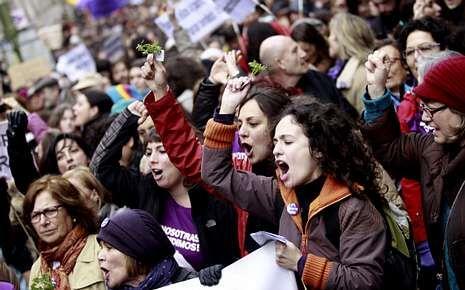 Rouco Varela destaca la figura de concordia que representó Suárez.Imagen de la manifestación contra la reforma.