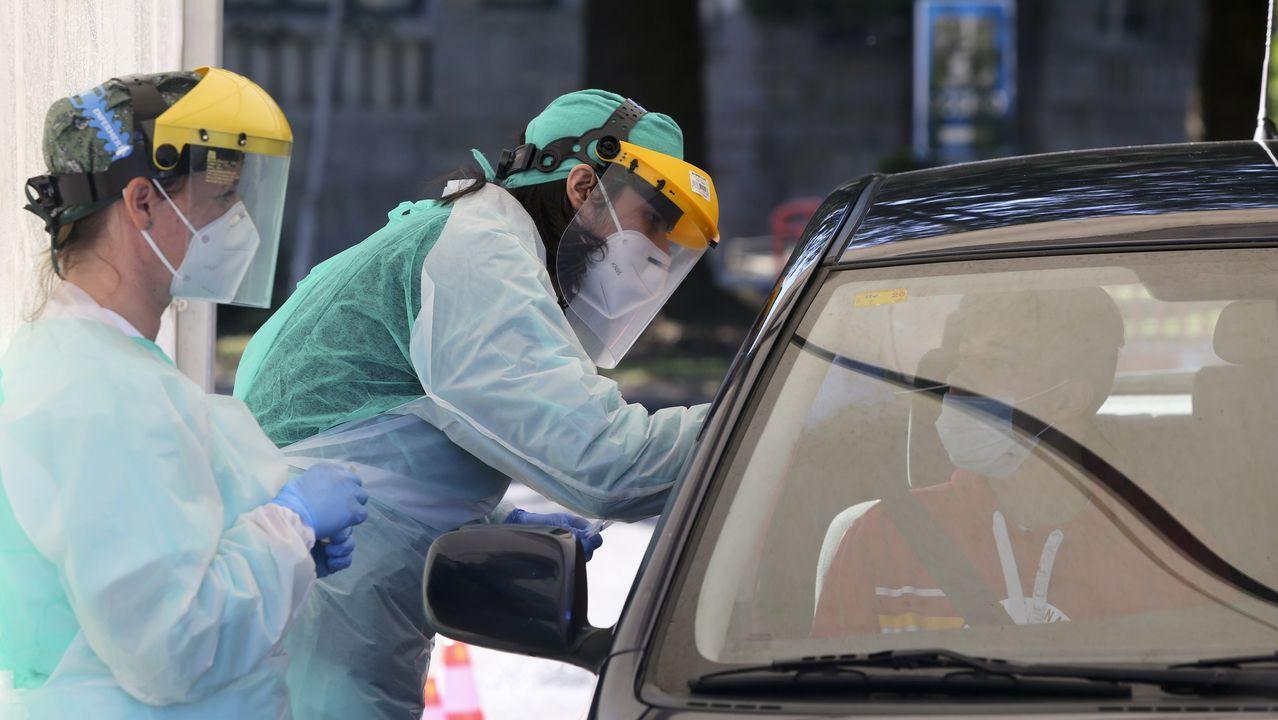 Enfermera del Chuac colocándose el equipo de protección durante la pandemia del coronavirus