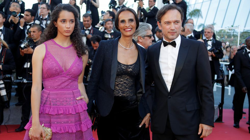 El actor Vincent Perez, con su mujer y su hija, a su llegada a la ceremonia de apertura del festival de Cannes