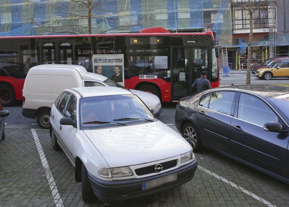 Una furgoneta impide que el bus pare correctamente en la avenida de Novo Mesoiro