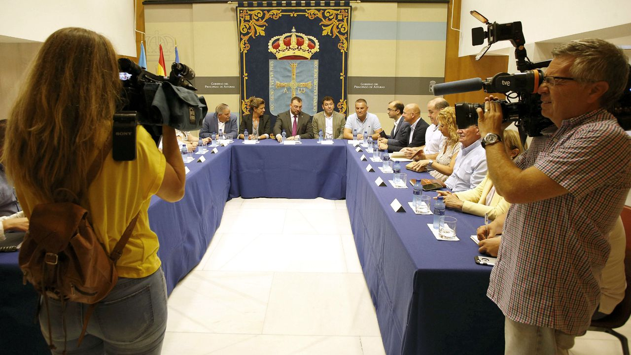 Mensajes institucional del Día de Asturias.Adrián Barbón, con los alcaldes mineros
