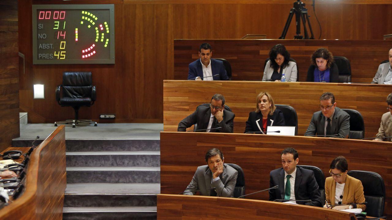 Emilio León secundado por Daniel Ripa, atiende a los medios de comunicación en el parque infantil del Campo San Francisco, en Oviedo.Emilio León secundado por Daniel Ripa, atiende a los medios de comunicación en el parque infantil del Campo San Francisco, en Oviedo