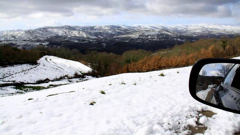 Nieva en Pedrafita.La nieve todavía está en los arcenes y los campos, pero no en las carreteras, como se aprecia en el retrovisor