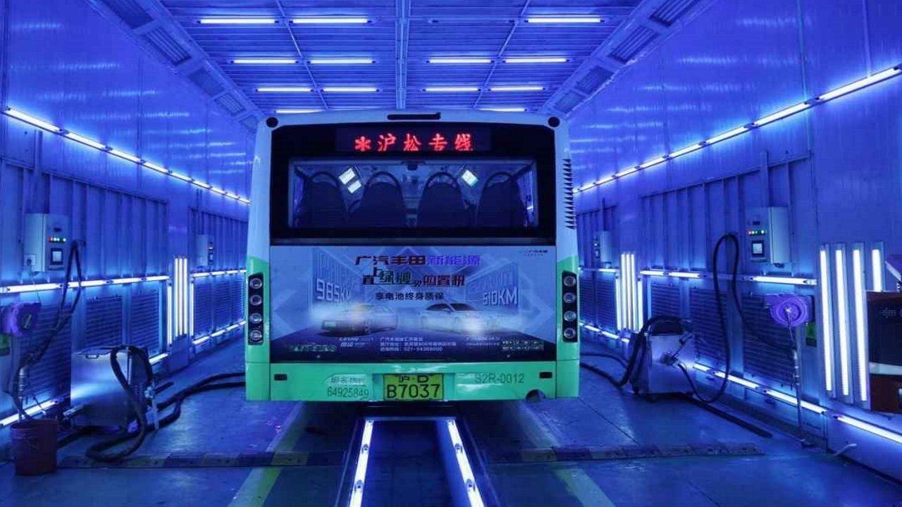 Un autobus chino se somete a un baño de luz ultravioleta para acabar con el virus