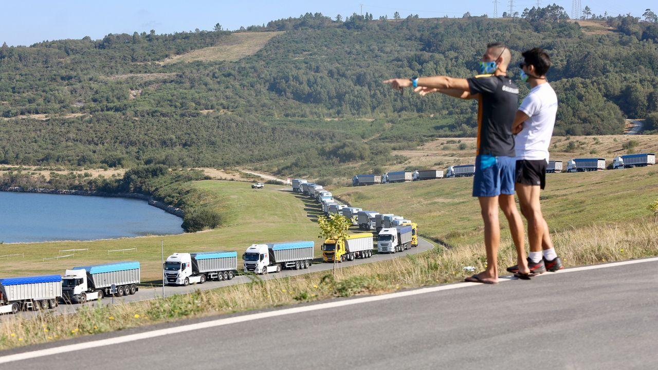 Los camiones están estacionados por todo el lago de As Pontes
