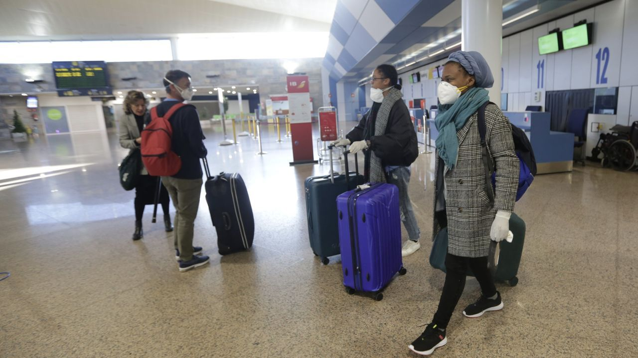 Llegada de los pasajeros del vuelo procedente de Madrid.Aeropuerto de Alvedro vacío