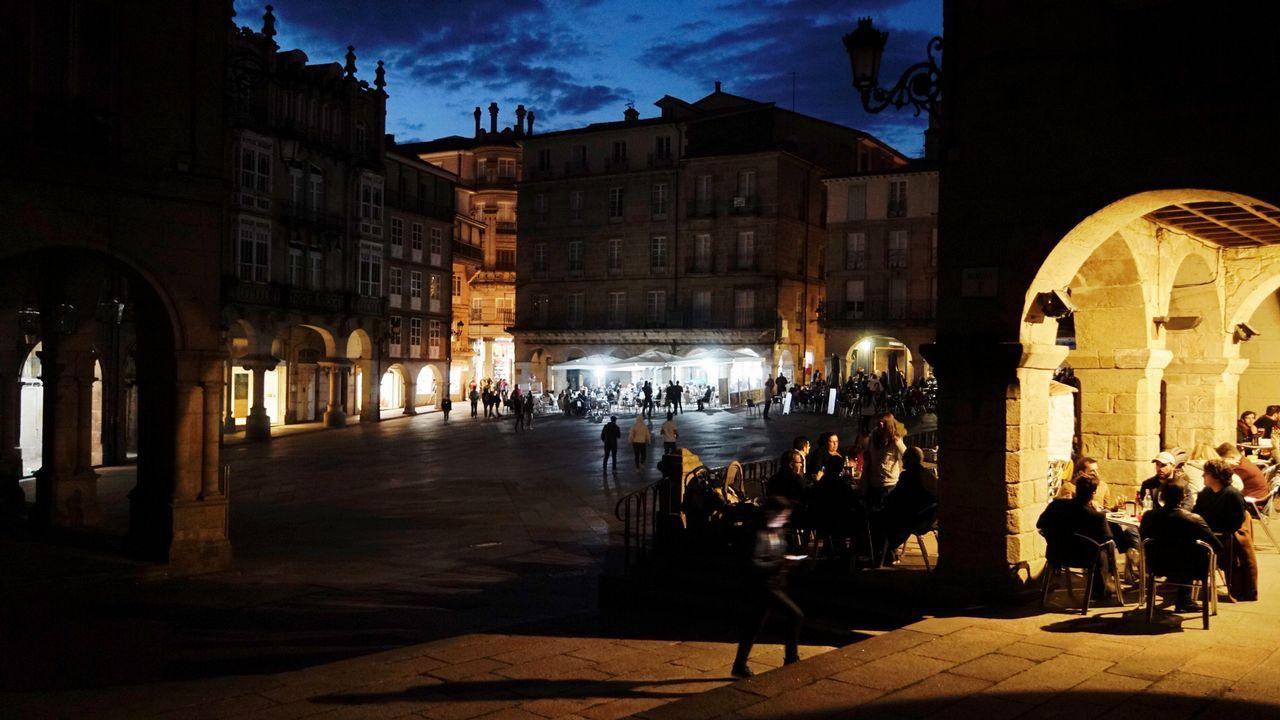 Edificios y monumentos públicos municipales de la plaza Maior de Ourense, sin iluminación