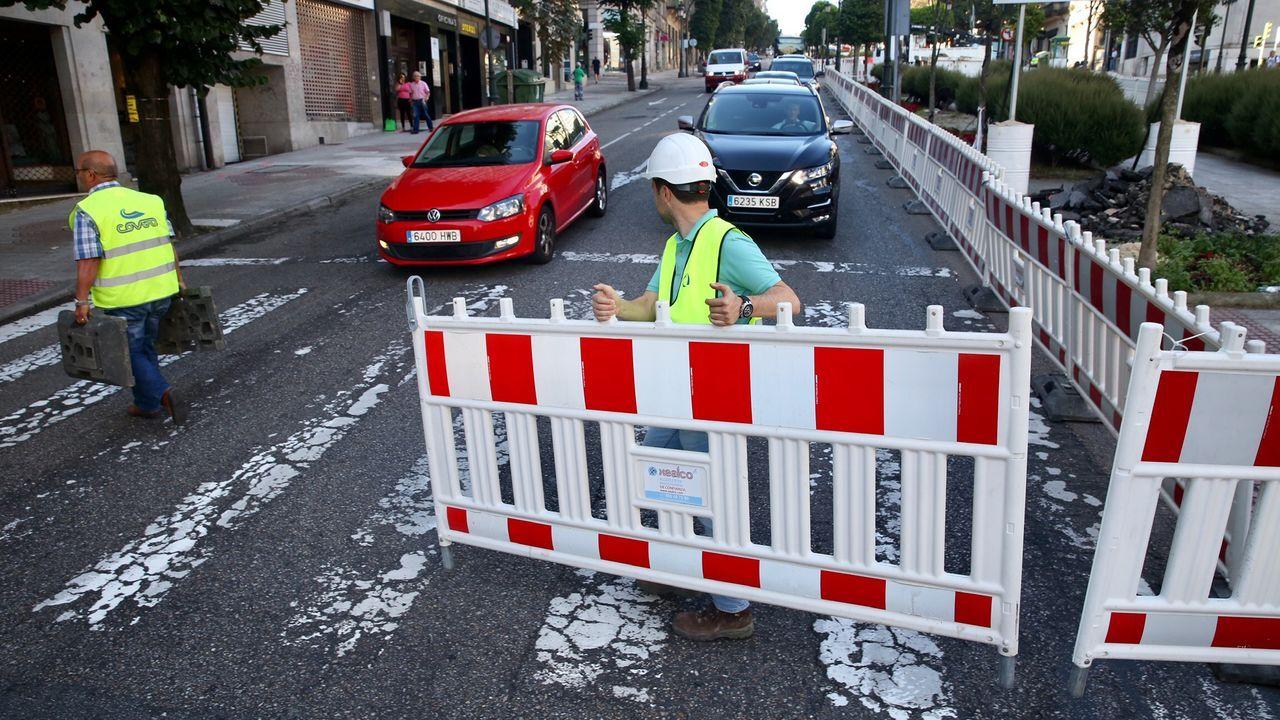 44.000 coches se enfrentarán desde hoy al corte de la Gran Vía de Vigo.Un policía abre paso al vehículo donde se transportaba el cadáver del capitbán Rafael Acosta Arévalo al cementerio
