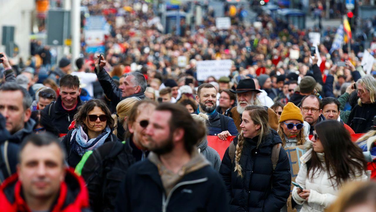 Manifestaciones sinmascarilla en varios países de Europa para protestar contra las restricciones.La canciller alemana, Angela Merkel