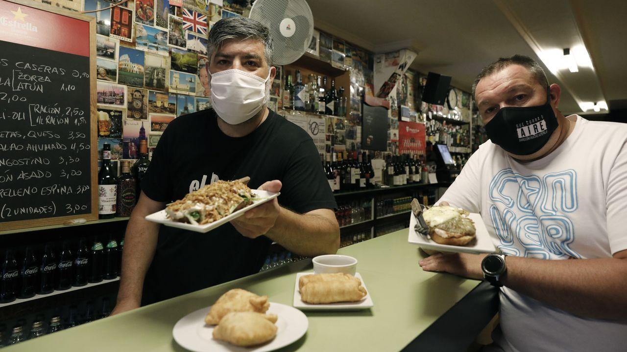 Suso Doval, propietario de El París, y Carlos Domarco, uno de los promotores de la página web ourensana