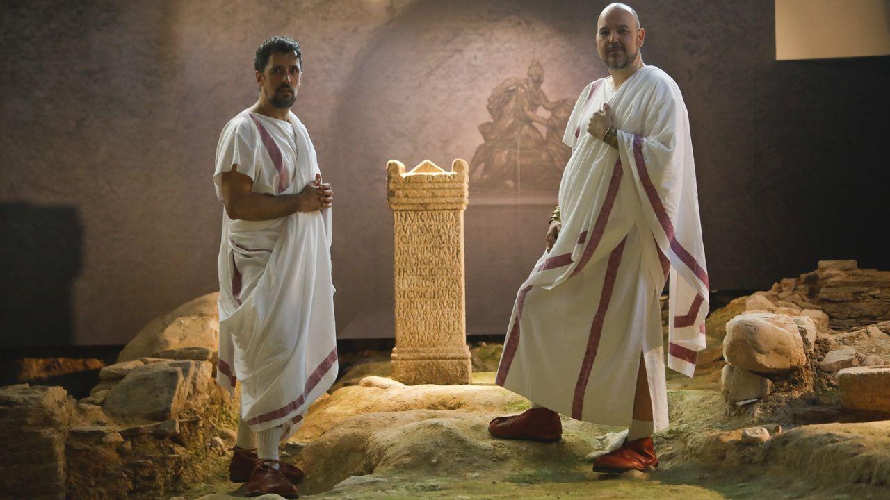 Música en la calle en Lugo.Representación de dos senadores en A Domus do Mitreo