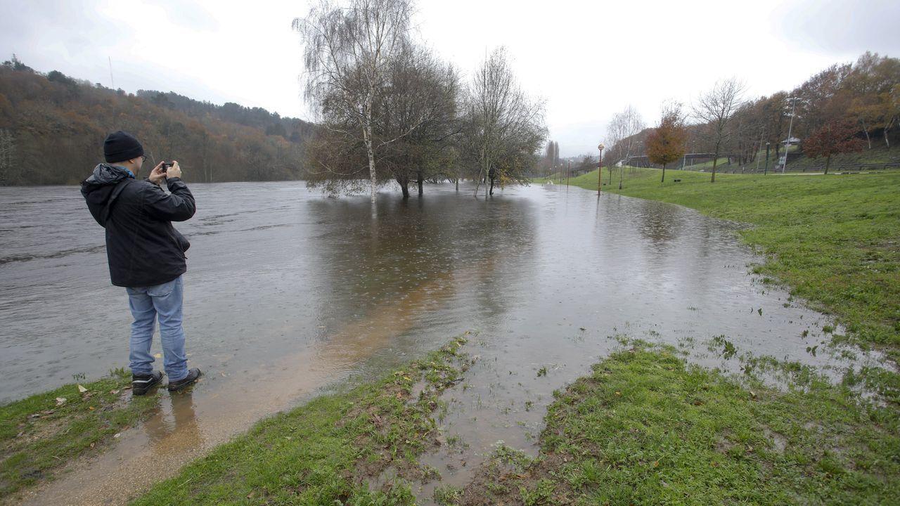 El Miño rebosando.La fuerte borrasca Elsa va a dejar en Galicia fuertes vientos e intensas precipitaciones. También hay alerta en el mar.