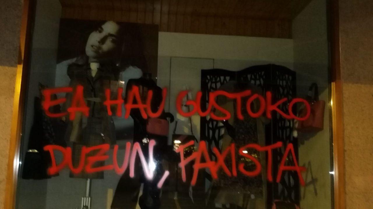Pintada en la tienda de la madre y la hermana de Santiago Abascal en Amurrio