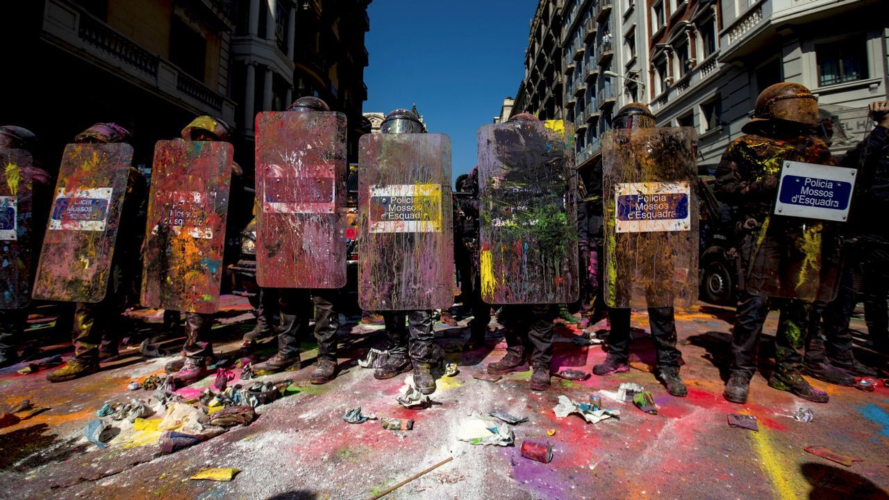 Tensión por la doble manifestación de independentistas y policías en Barcelona