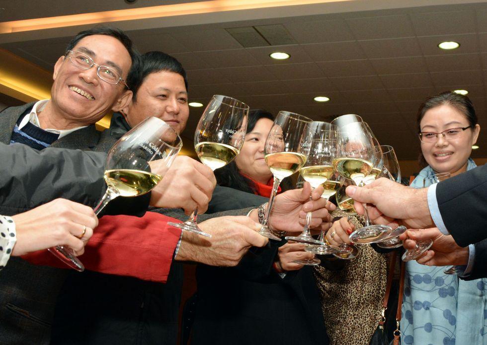 Las diez personas más ricas del mundo.Shaowu Huang, segundo por la izquierda, brindando con albariño en Martín Códax.