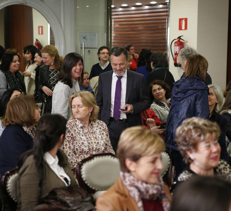 Hernández explicó su programa a mujeres empresarias.