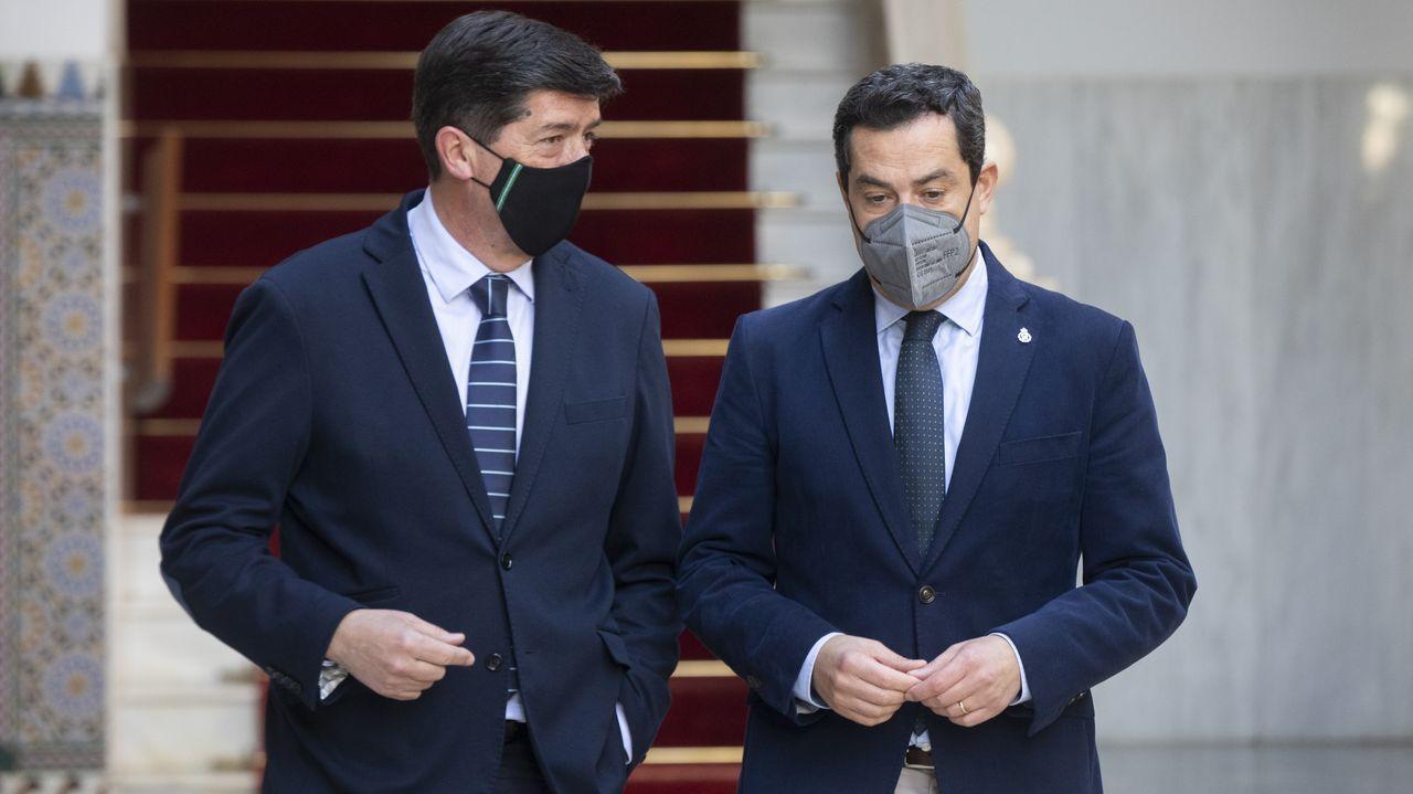 El presidente de la Junta de Andalucía, Juanma Moreno, a la derecha y el vicepresidente de la Junta, Juan Marín, a la izquierda.