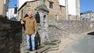 Luis, en la fuente de A Fonsagrada que da nombre al concello, situado a los pies de la iglesia