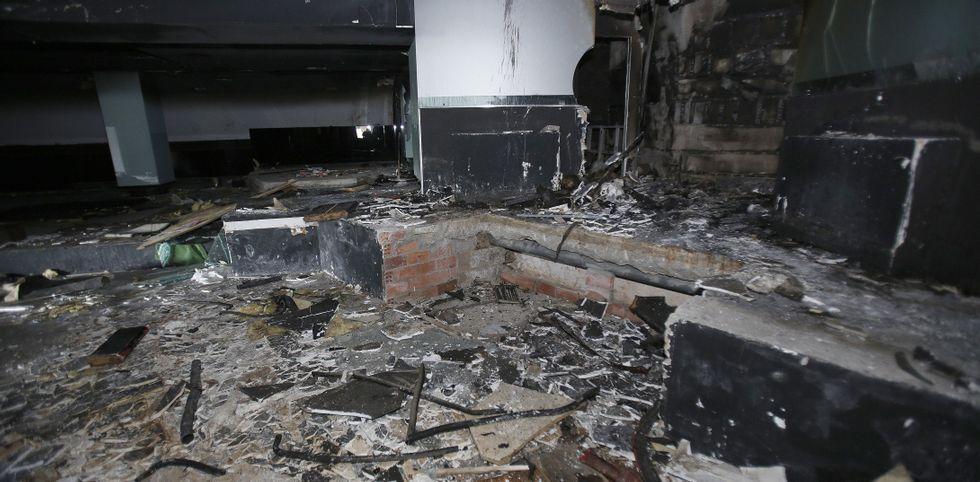 Un reguero de desolación.La pista central fue la zona más dañada por el fuego, supuestamente provocado.