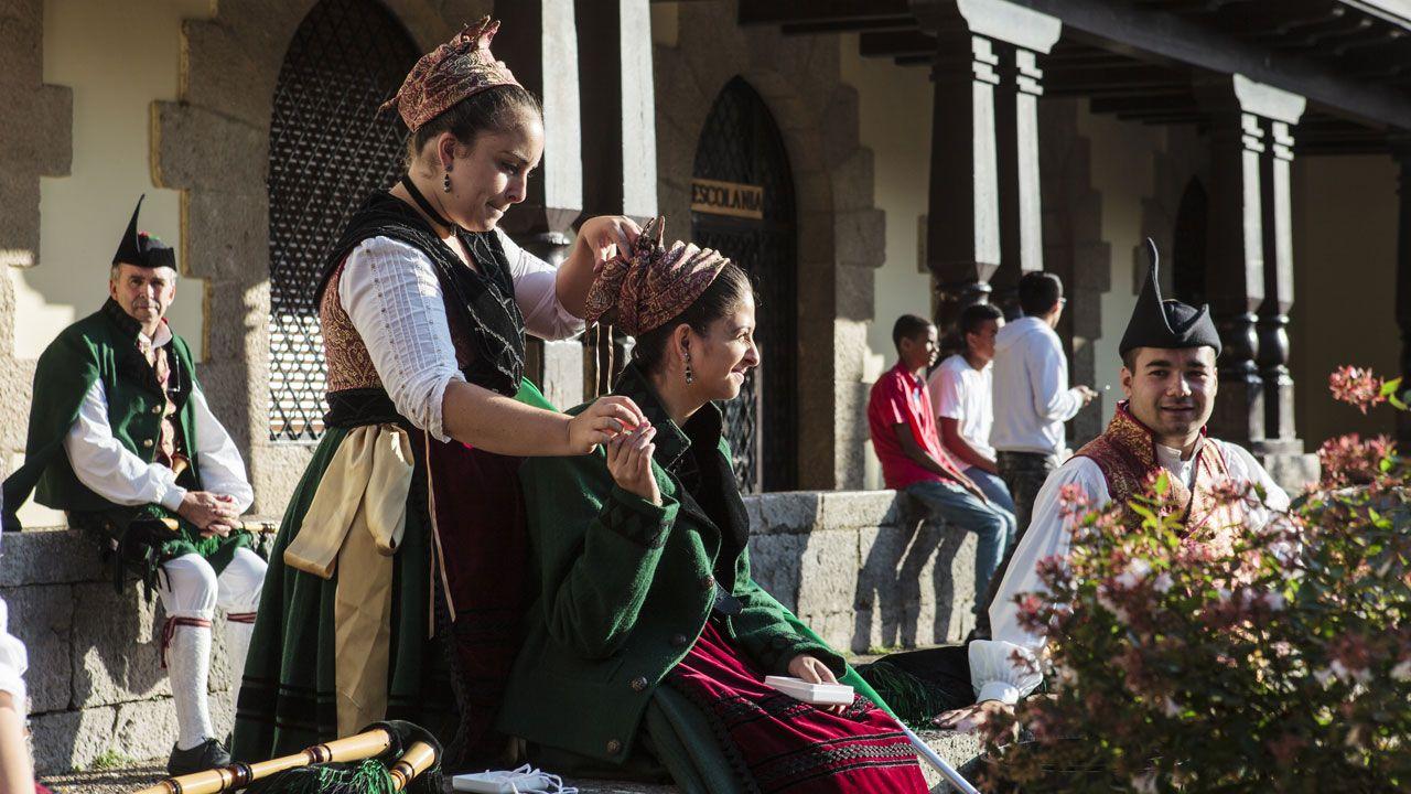 Actuaciones realizadas en el patrimonio histórico del sur lucense durante la pandemia.Dos niñas de la Banda de Gaitas 'Ciudad de Cangas de Onís' se componen mientras esperan la llegada de la familia real