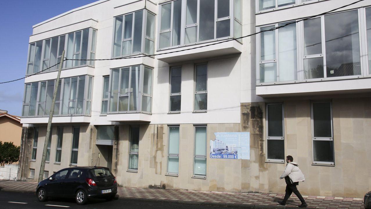 Así está por dentro el bloque de viviendas okupado en Catabois.Pisos del banco malo a la venta en Colombres
