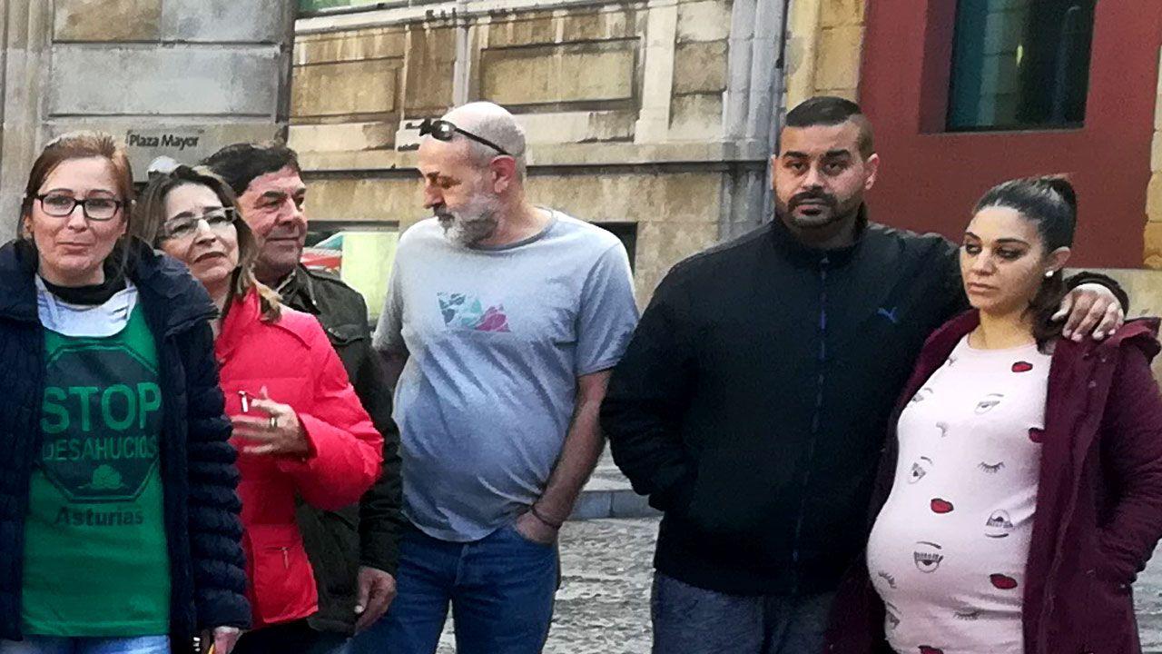 Nacho Vegas canta con activistas de la PAH en un encierro en una oficina bancaria en Gijón, para frenar un desahucio.Saúl y Jennifer, a la derecha, junto a integrantes de la PAH