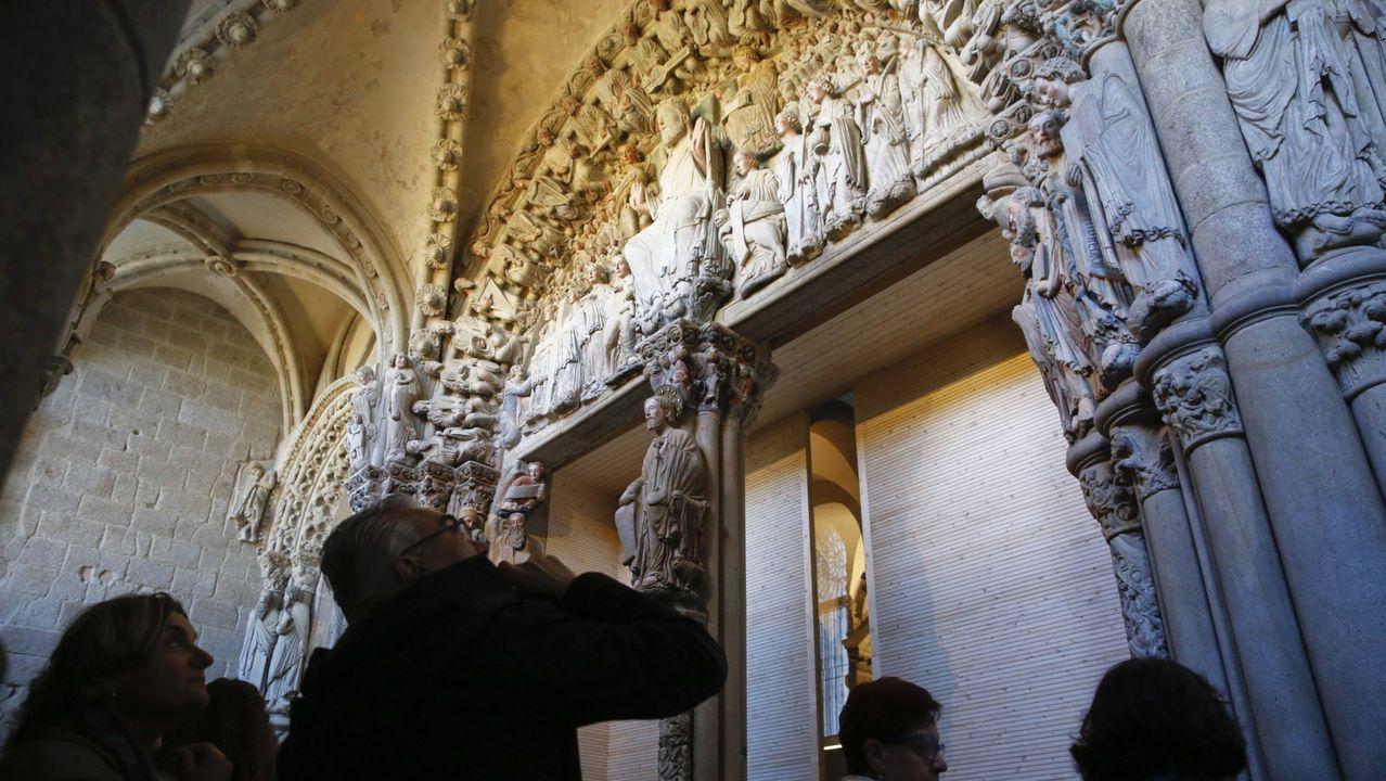 Reapertura del pórtico de la Gloria a las visitas.Visitantes ante o pórtico da Gloria