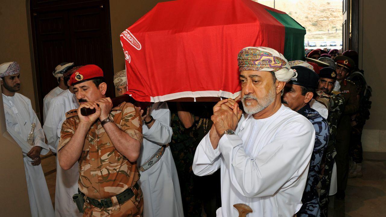 Haitham bin Tareq al Said lleva a hombros el féretro de su primo, el anterior sultán de Oman