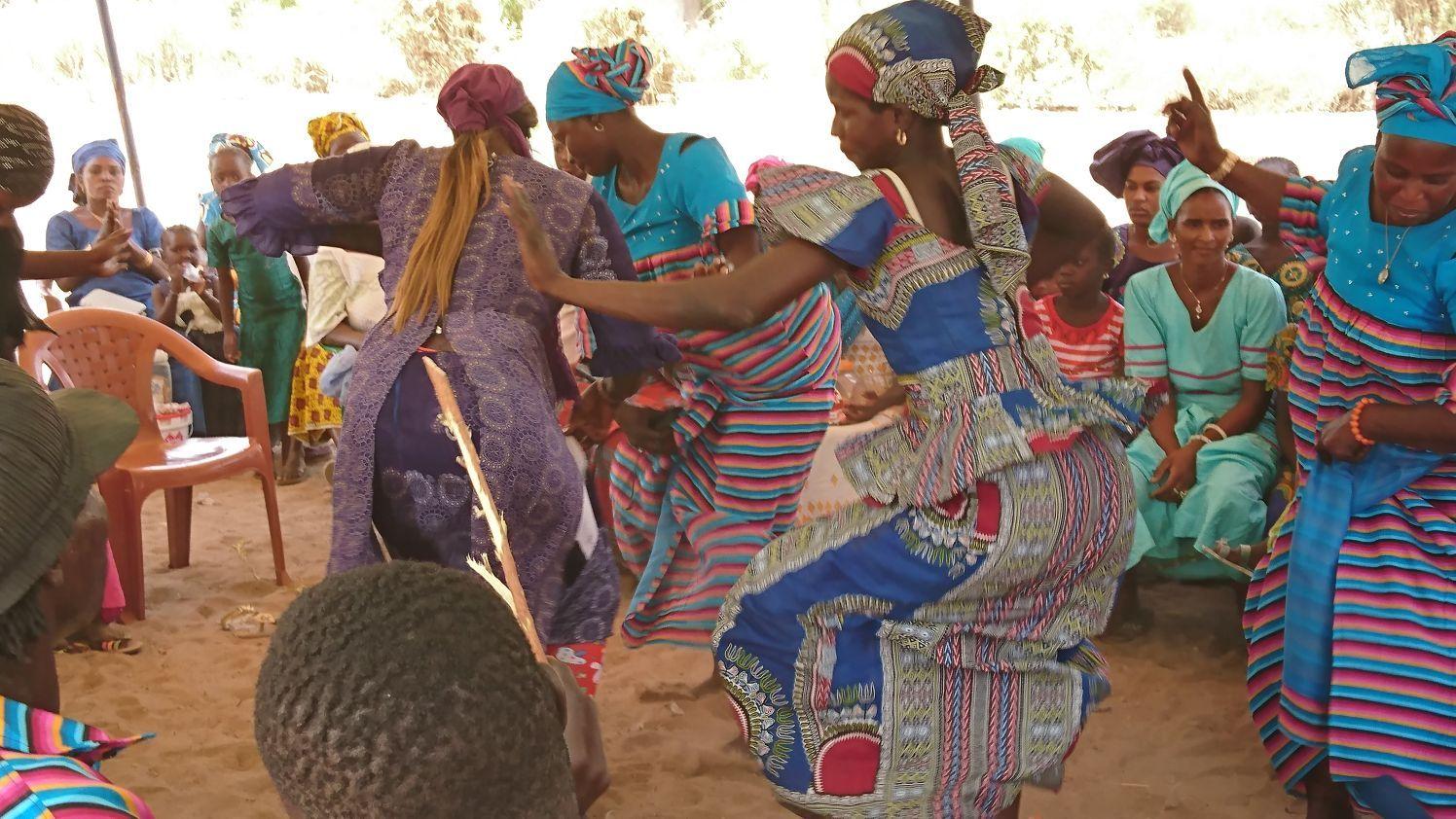 Diez días de acción solidaria en Senegal.Alejandro García durante una sesión de cine en la calle en Casamance