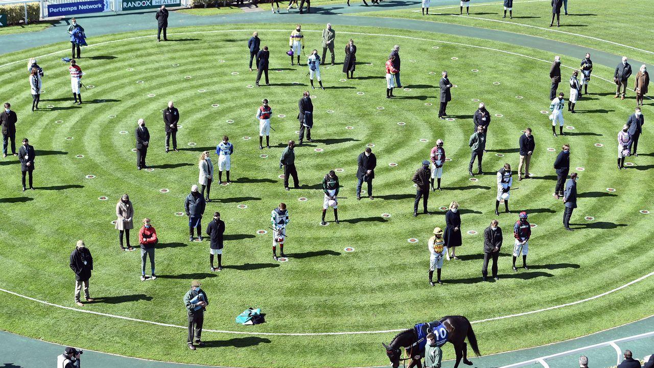 Jockeys y entrenadores guardan hoy un minuto de silencio en memoria del fallecido príncipe Felipe, duque de Edimburgo y esposo de la Reina Isabel II, en el hipódromo de Aintree