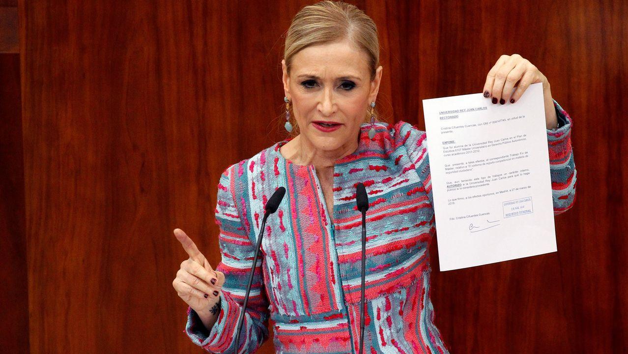 Cristina Cifuentes: «No pienso dimitir. He dicho la verdad».Combo de fotografías de los documentos presentados en el pleno extraordinario de la Asamblea de Madrid por Cristina Cifuentes