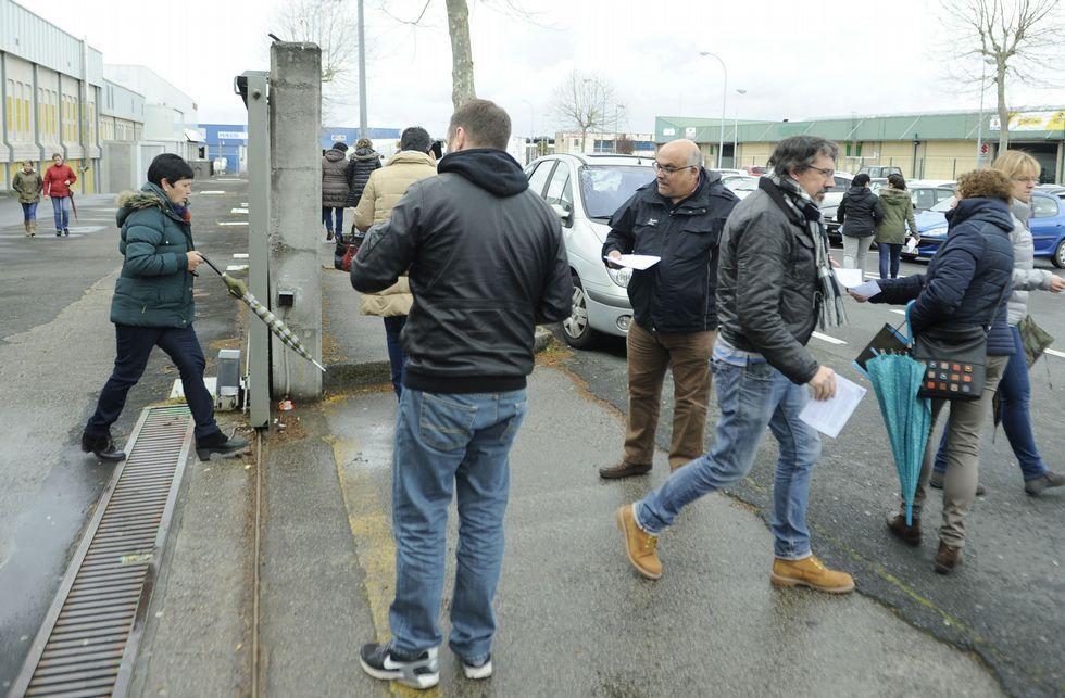 Álvarez Merayo y Aboi se desplazaron a la puerta de la fábrica para repartir hojas informativas.