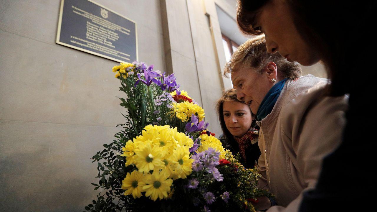 La candidata al Congreso y vicesecretaria general del PSOE, Adriana Lastra (3d), durante acto de homenaje a socialistas asesinados y represaliados de la República en Pamplona