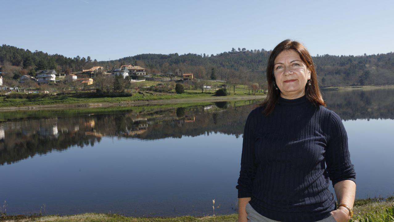 Helena gusta das paisaxes de Pereiro de Aguiar, como esta do embalse de Cachamuíña