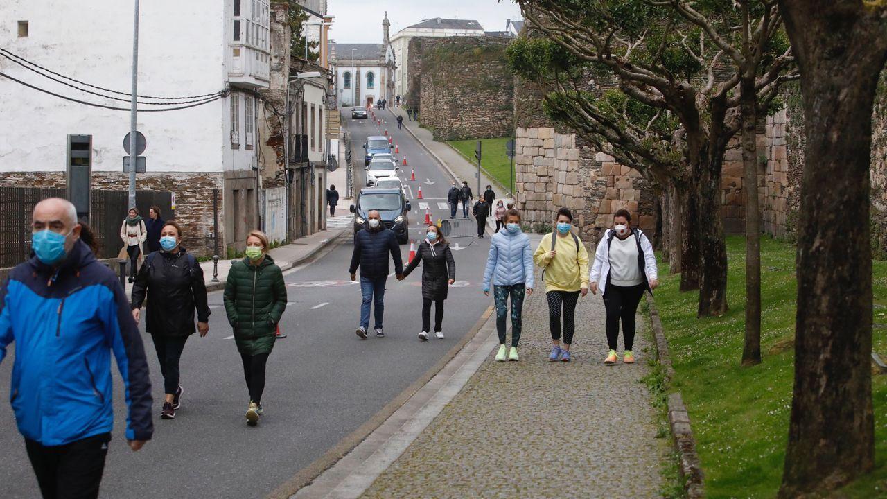 Lucenses paseando ayer a las ocho de la tarde por el carril de la Ronda da Muralla