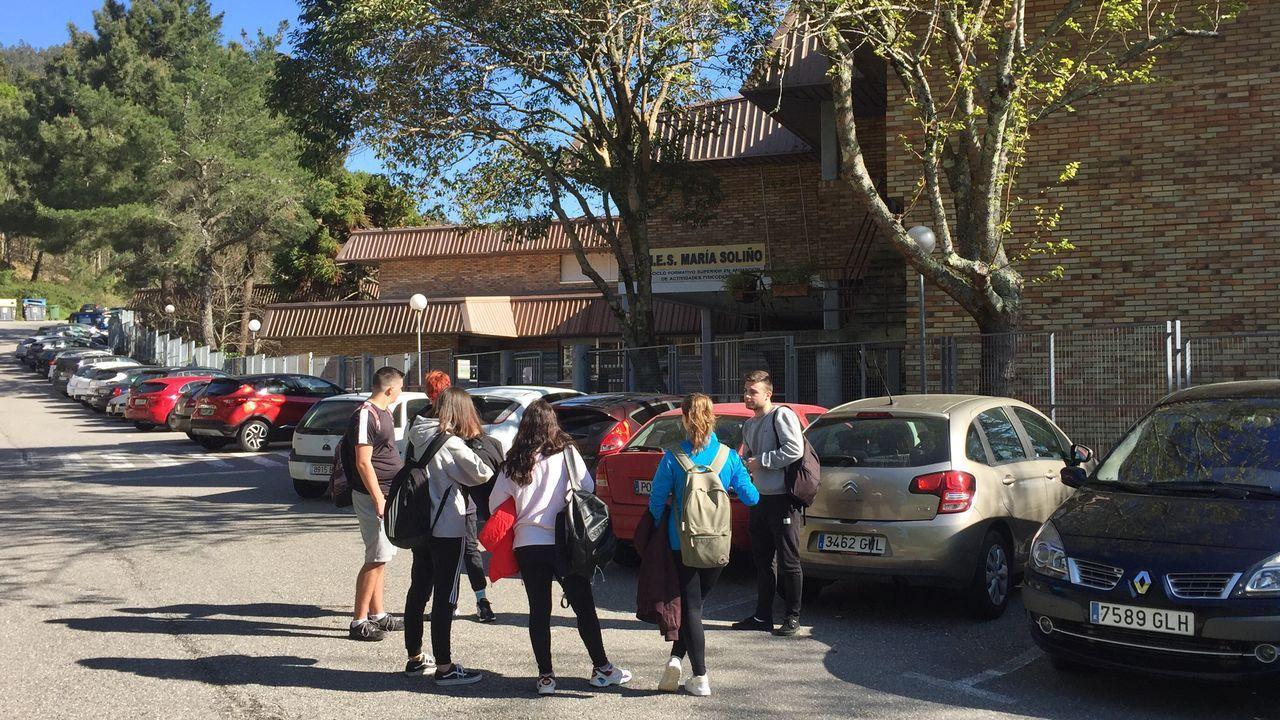 Alumnos a las puertas del instituto  María Soliño de Cangas, donde la asistencia fue bastante alta