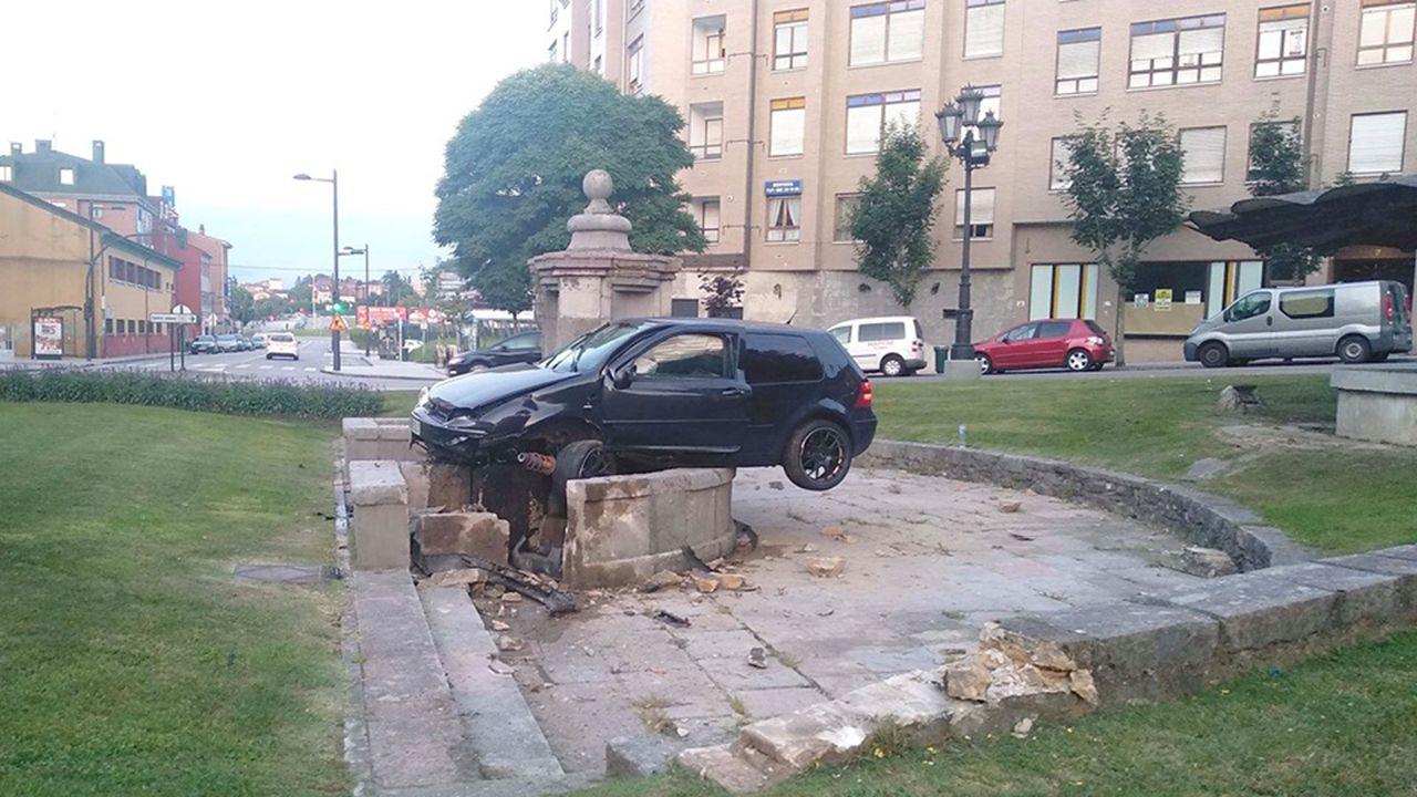 Vehículo empotrado contra la fuente de Cuatro Caños por un conductor borracho
