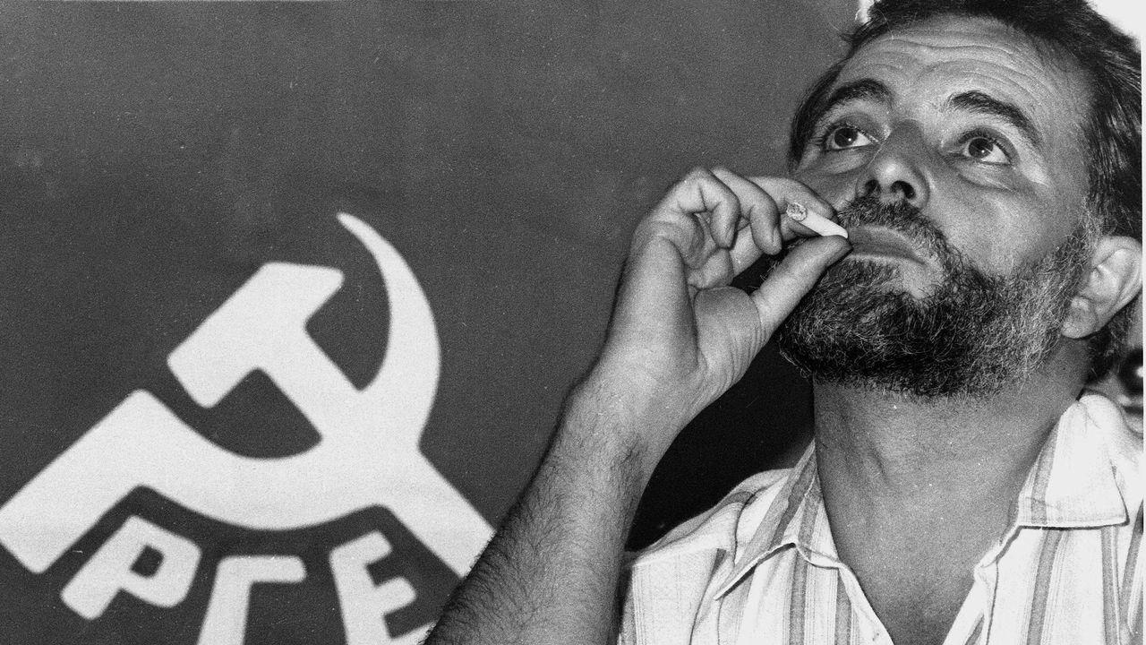 Adiós a Julio Anguita.Fue en Córdoba, su ciudad política y donde ha fallecido este sábado a los 78 años, donde se ganó el apodo de «el califa rojo» tras obtener una abrumadora mayoría absoluta en los comicios locales de 1983, en plena hegemonía socialista en España. Esta imagen es de 1989.