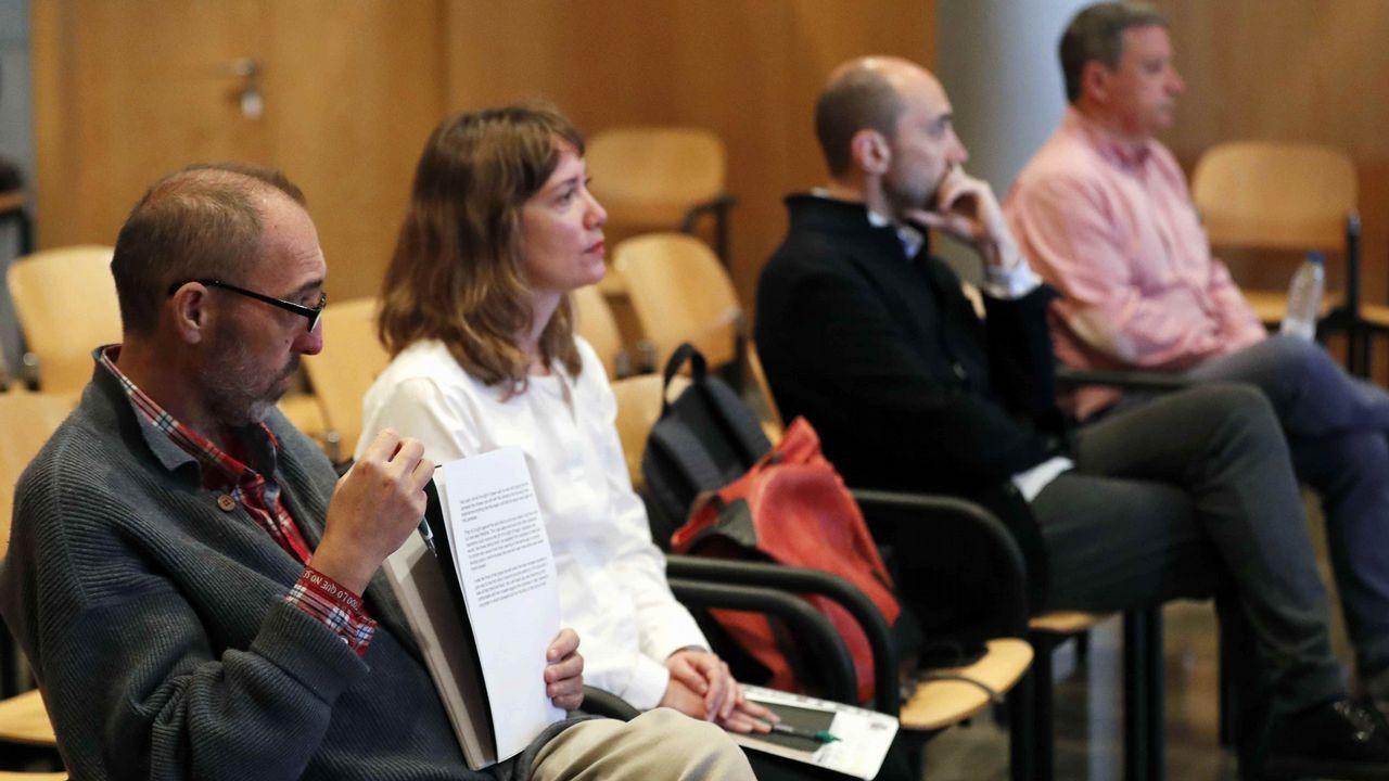 El exjefe de producción del complejo cultural, Marc Martí (3i); el exagente de viajes José María Vigil (d), el exdirector general de la Fundación Niemeyer, Natalio Grueso (i); y su exesposa, Judit Pereiro (2i)
