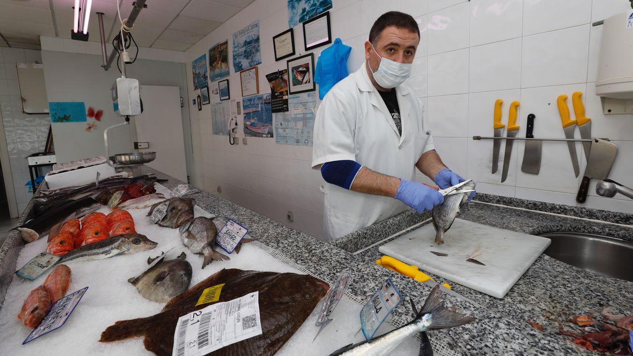 Claudio García, preparando una pieza en su pescadería Os Coyotes