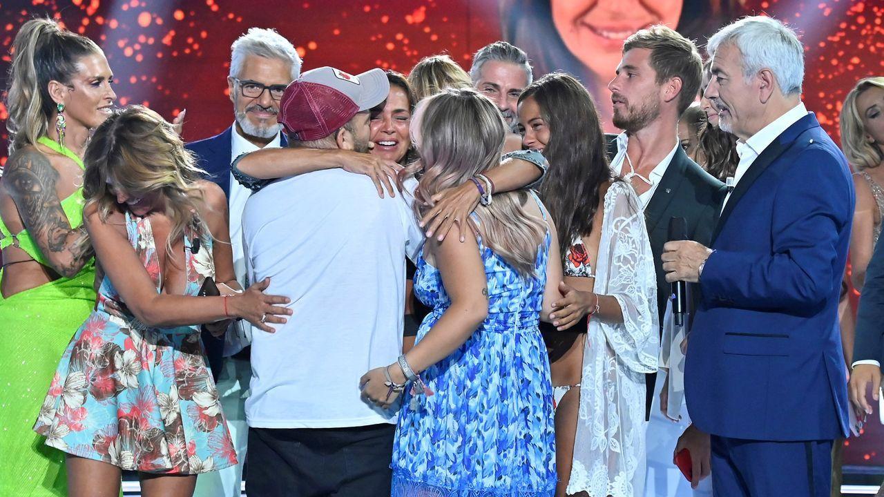 Olga Moreno abraza a David y Rocío Flores, de espaldas