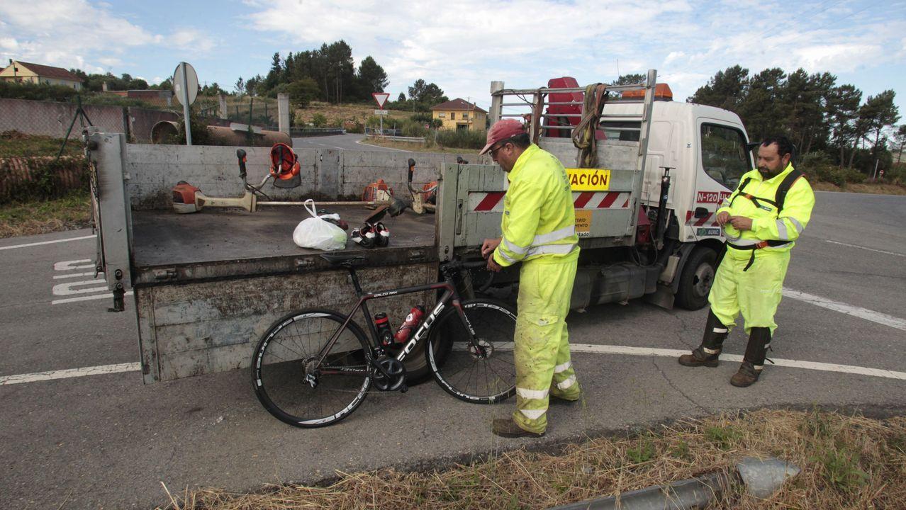 Personal de mantenimiento de la carretera N-120 recogen la bicicleta en la que iba el ciclista herido