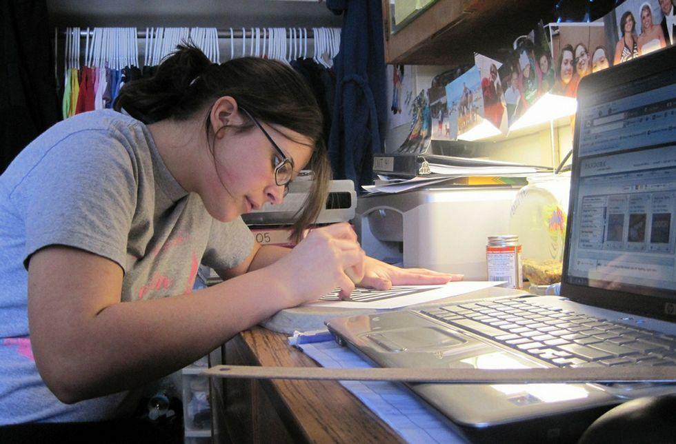De media, los estudiantes de 15 años de la OCDE dedican menos de cinco hora semanales al estudio en casa.