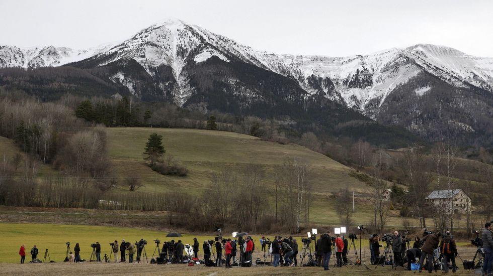 Grupo de periodistas a primera de la mañana en la base de operaciones en la localidad francesa de Seyne les Alpes, donde se han concentrado los servicios de socorro